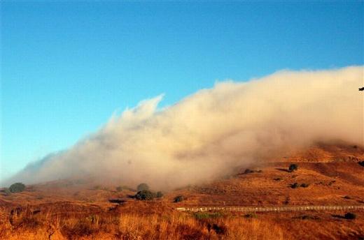 ענני חלב גולשים בבוקר מהר בנטל