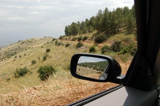 בדרך העפר שיורדת לבית הכיפות. מימין הר אבנר, מאחור מלכישוע