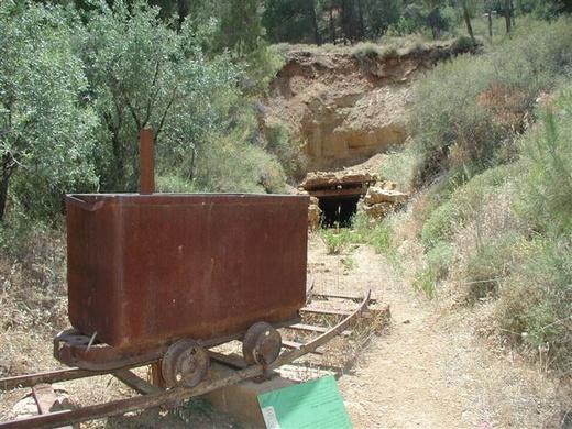 קרונית ברזל ליד המכרה הנטוש בצוק מנרה