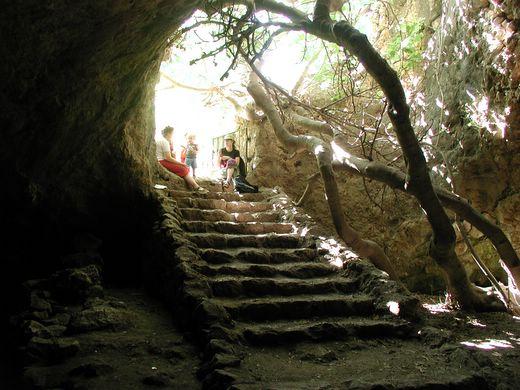 מסלול טיול בנחל המערה. הירידה למערת התאומים
