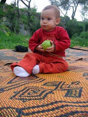 מחצלת בדואית, ילדה ותפוח
