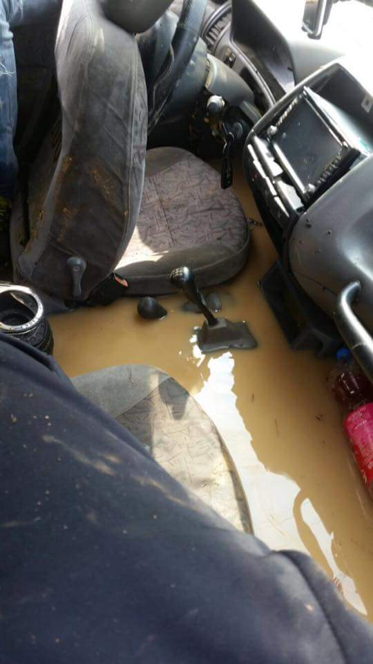 חציית שלולית טביעת רכב כניסת מים