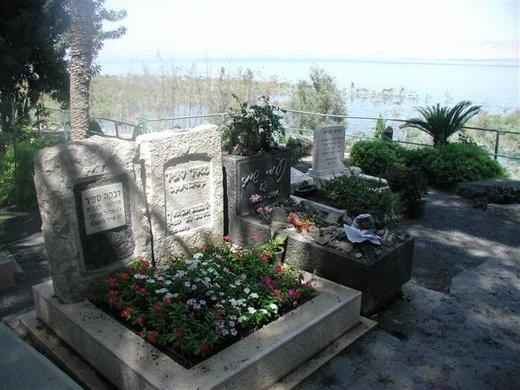 הקבר של  נעמי שמר. קרוב לקו המים