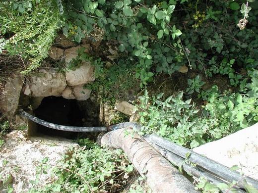 צינור מאולתר מזרים ממי המעיין לבריכת אגירה. עין יואל
