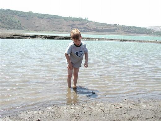 טבילה בבריכת רם. עומק המים משתנה לפי העונה