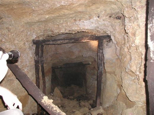 מכרה ברזל נטוש בצוק מנרה. לוע אפל וצר