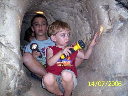 ילדים והאור שבקצה המחילה. חירבת מדרס