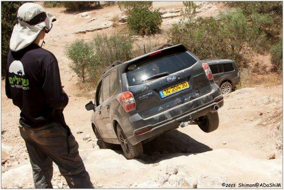 """תרגול ירידה טכנית ושפ""""צ במהלך קורס נהיגה עם יואב קווה. בתמונה: סובארו פורסטר"""