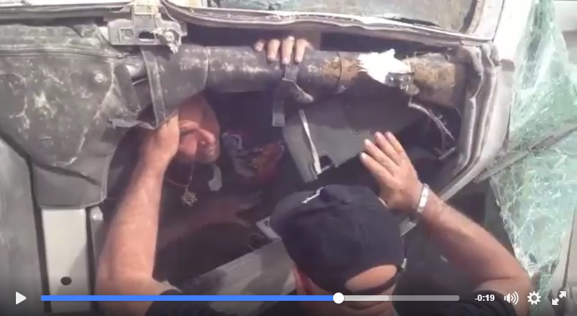 ג'יפ רנגלר הפוך. כלוב הבטיחות מגן על הנהג - בתנאי שהנהג חגור